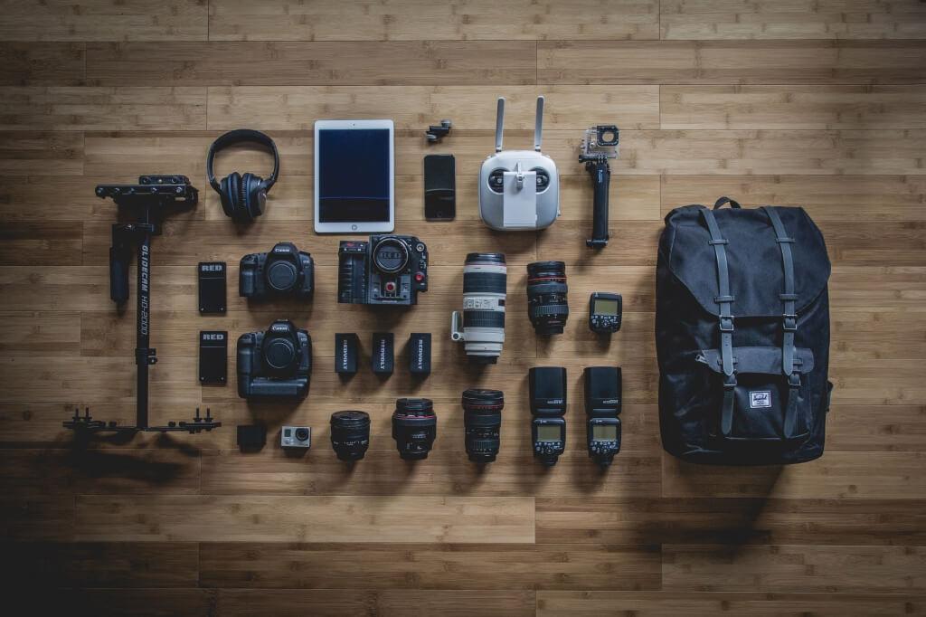 カメラバッグと撮影機材の写真
