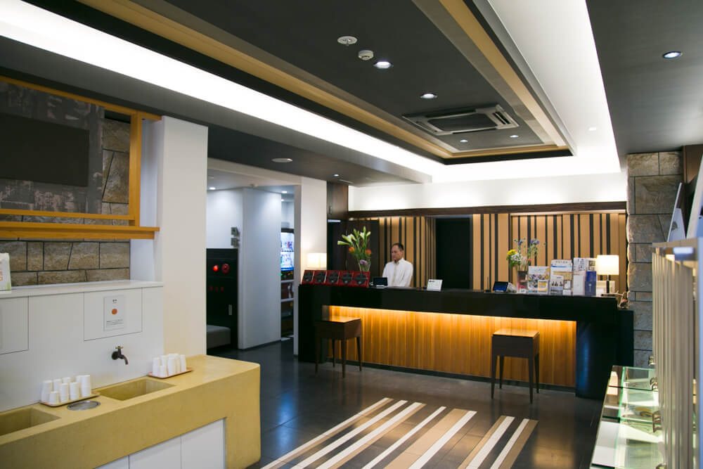 道後温泉の人気ホテル「道後やや」の玄関の写真