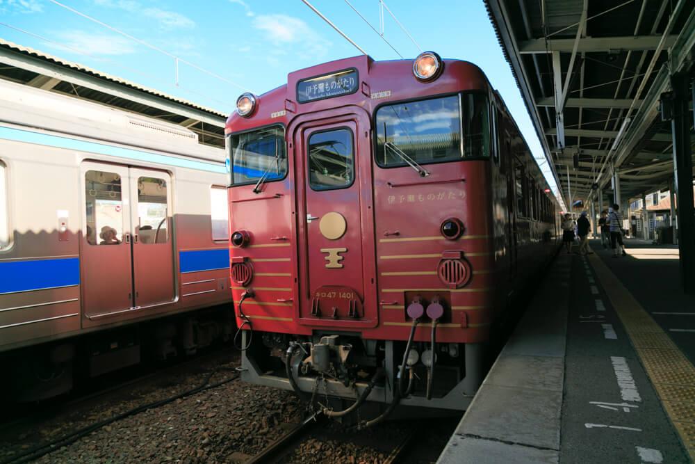 松山駅のホームに入線する伊予灘ものがたりの写真