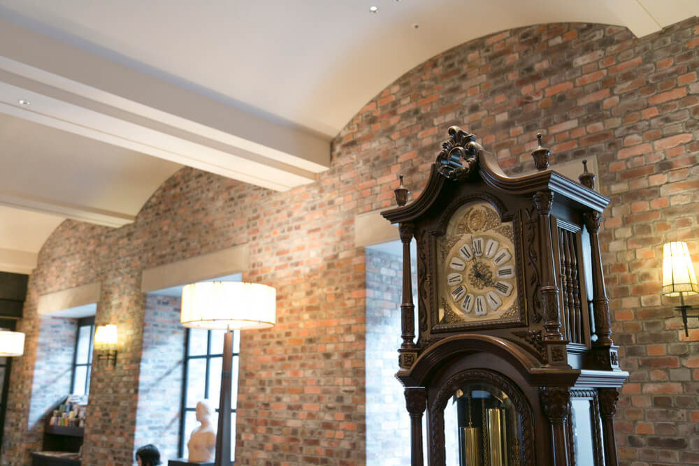 ラビスタ函館ベイのラウンジにある時計を撮影した写真