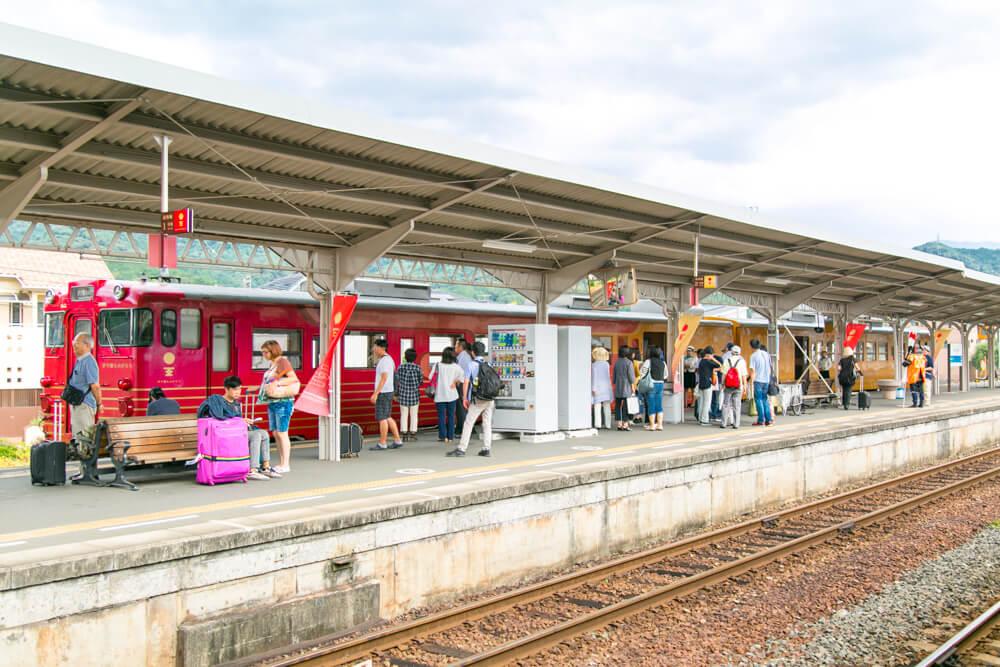 伊予大洲駅に停車する伊予灘ものがたりを撮影した写真