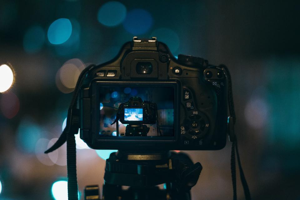 三脚とカメラの写真