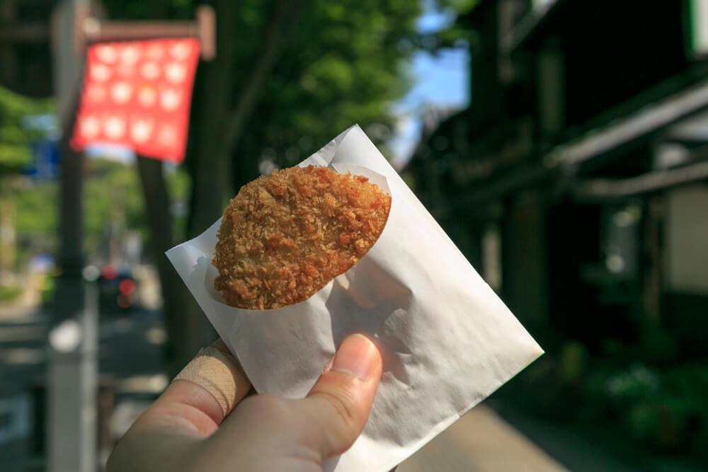 夢京楽キャッスルロードで食べ歩きした近江牛コロッケの写真