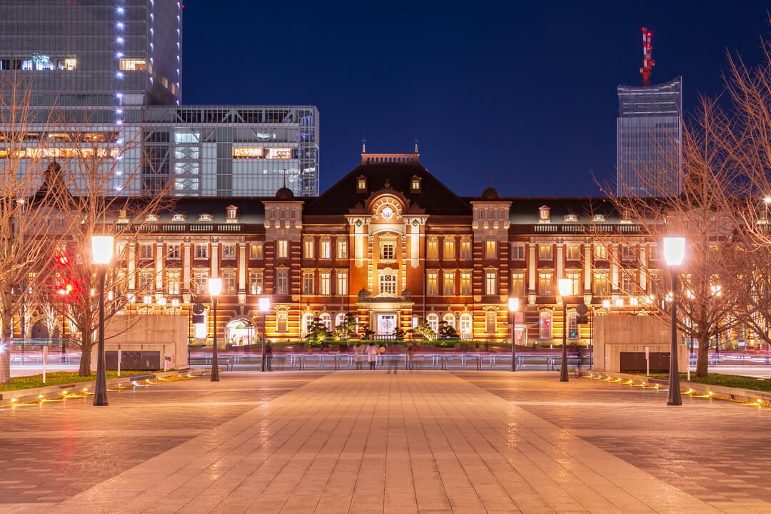 行幸通りから撮影したライトアップされた東京駅丸の内駅舎の写真