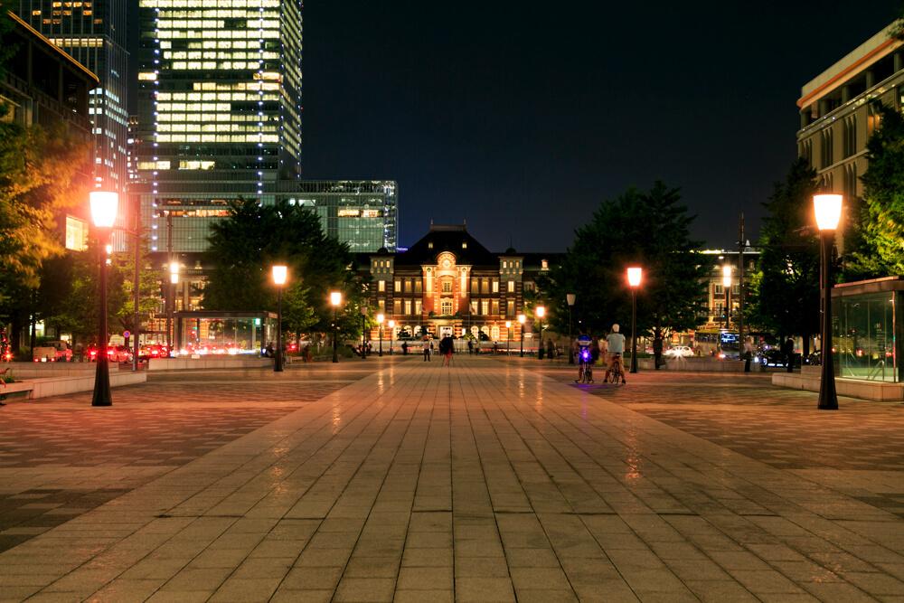 行幸通りから撮影した昼の「東京駅丸の内駅舎」の写真