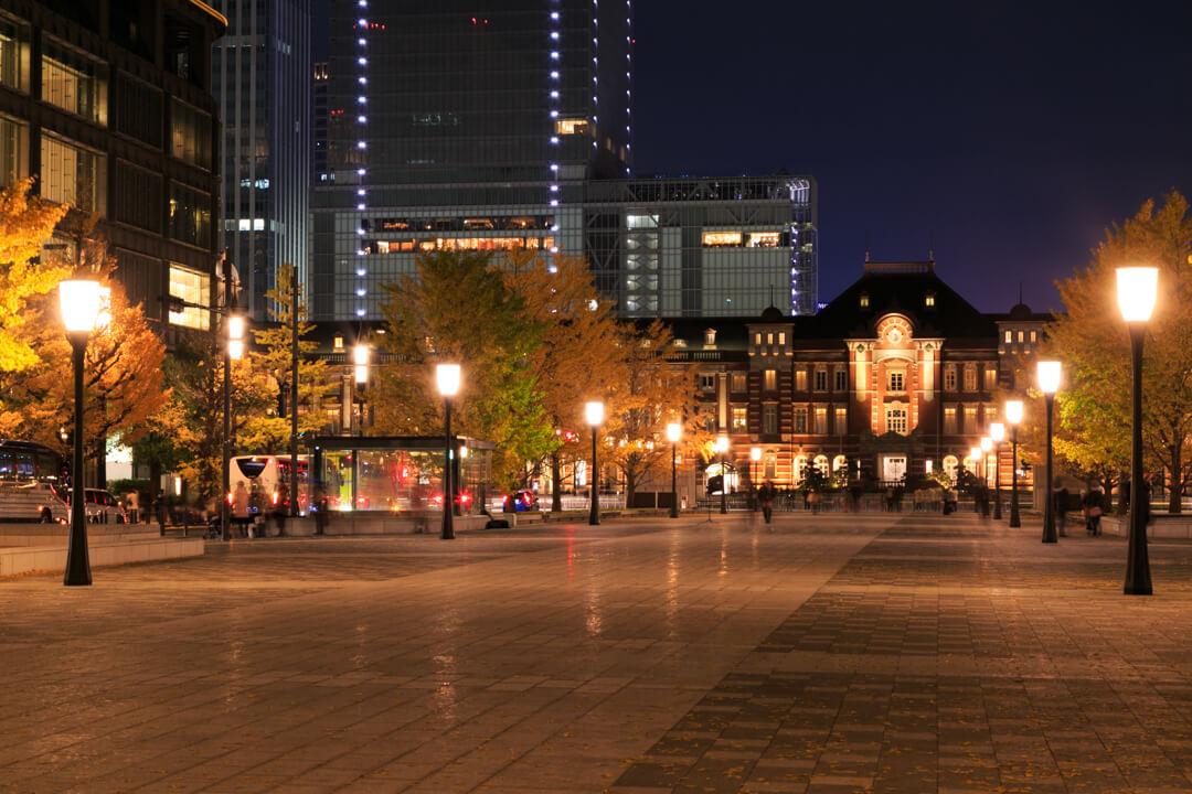 行幸通りから撮影した夜の「東京駅丸の内駅舎」の写真