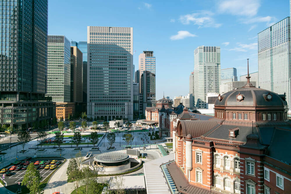 KITTE6階テラスから撮影した昼の「東京駅丸の内駅舎」の写真