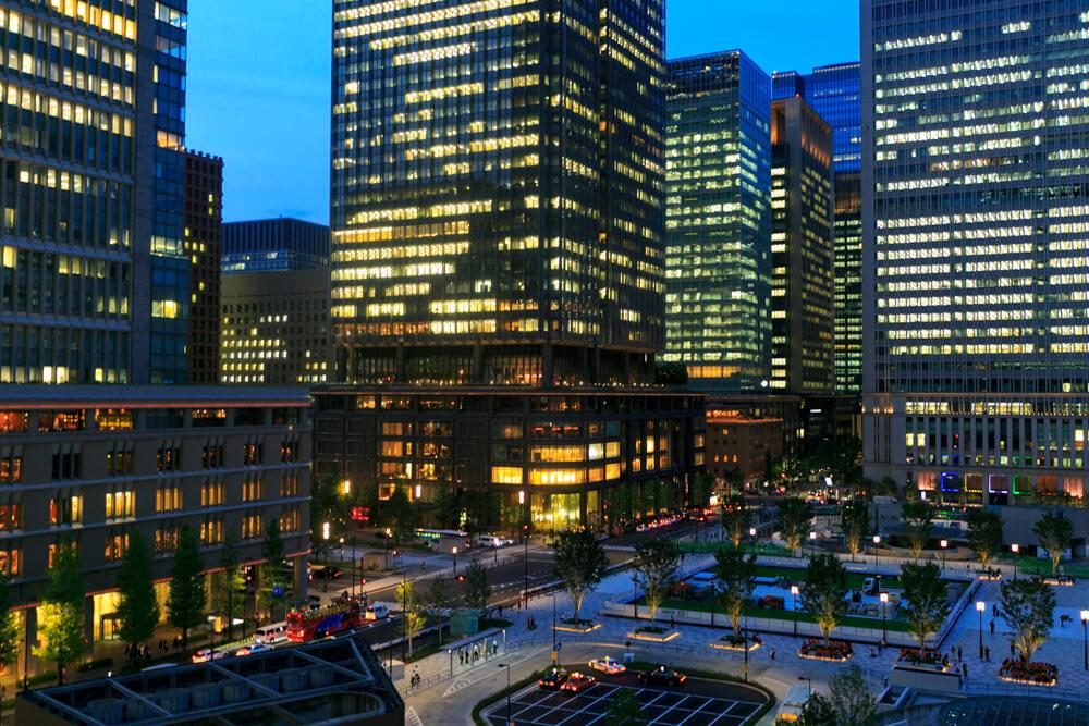 KITTE6階テラスから撮影した夜の「東京駅丸の内駅舎」の写真