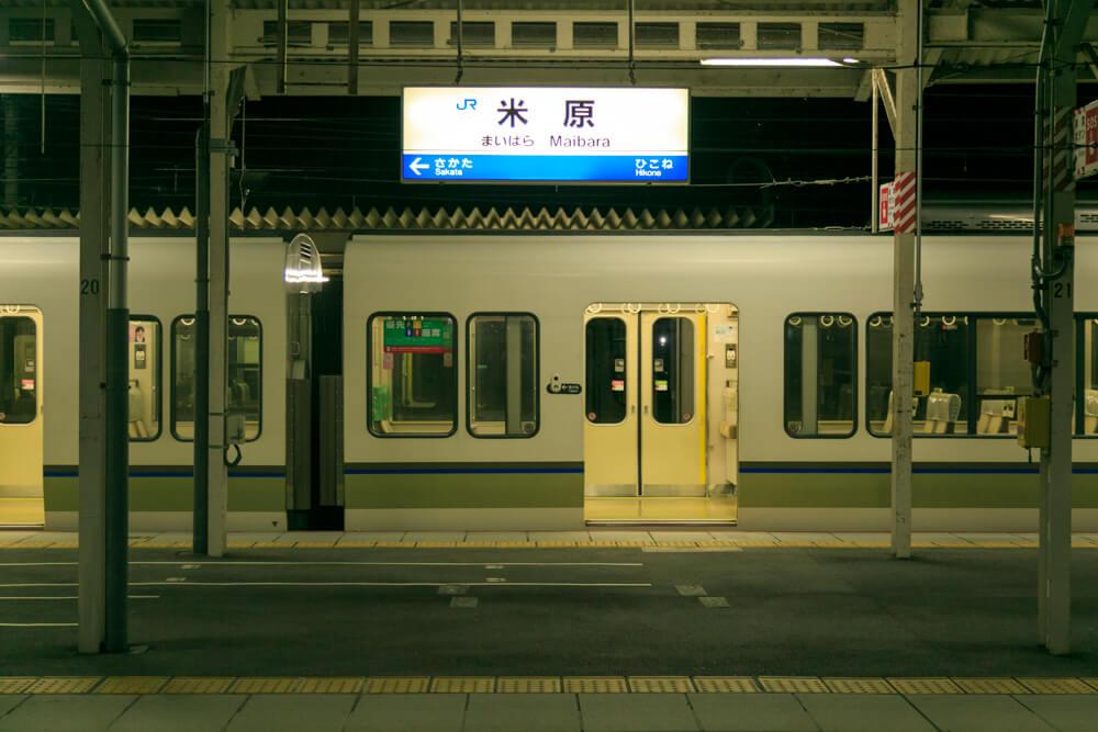 夜の米原駅の写真