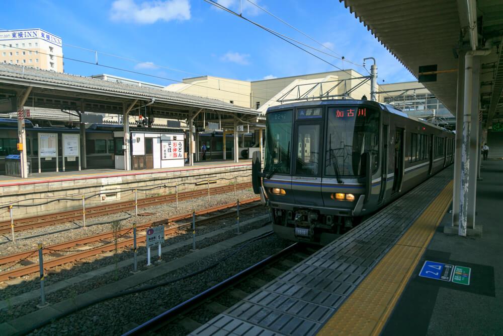 JR米原駅に停車する電車の写真