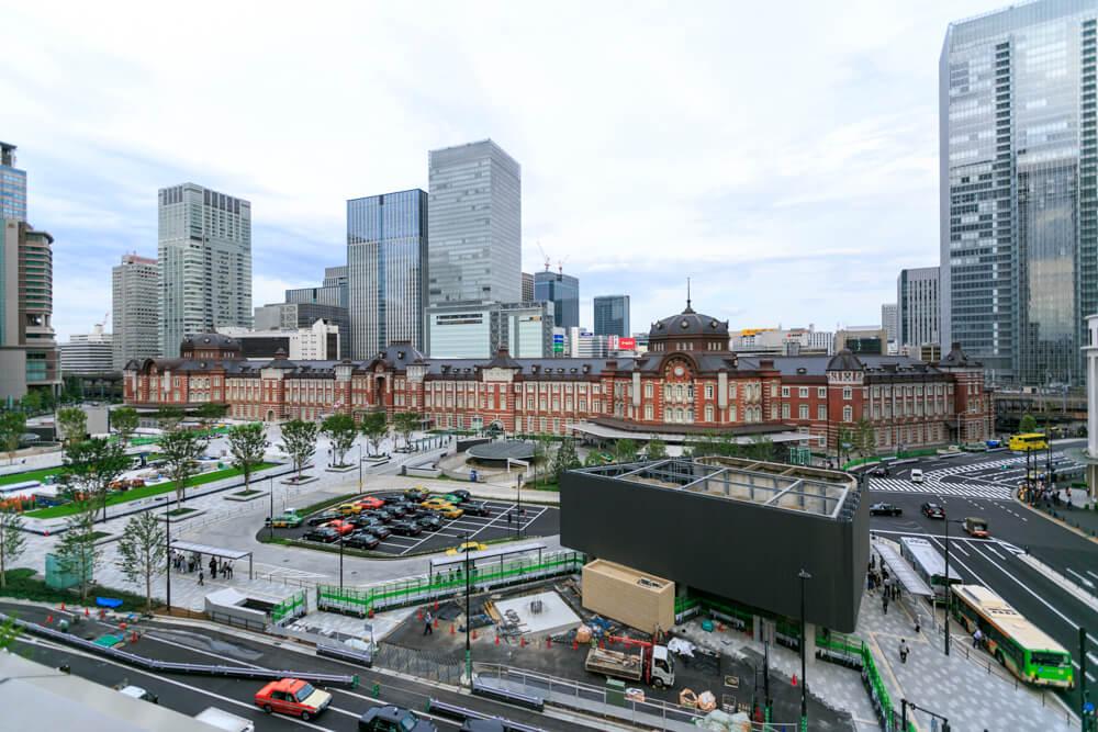 丸ビル5階テラスから撮影した夜の「東京駅丸の内駅舎」の写真