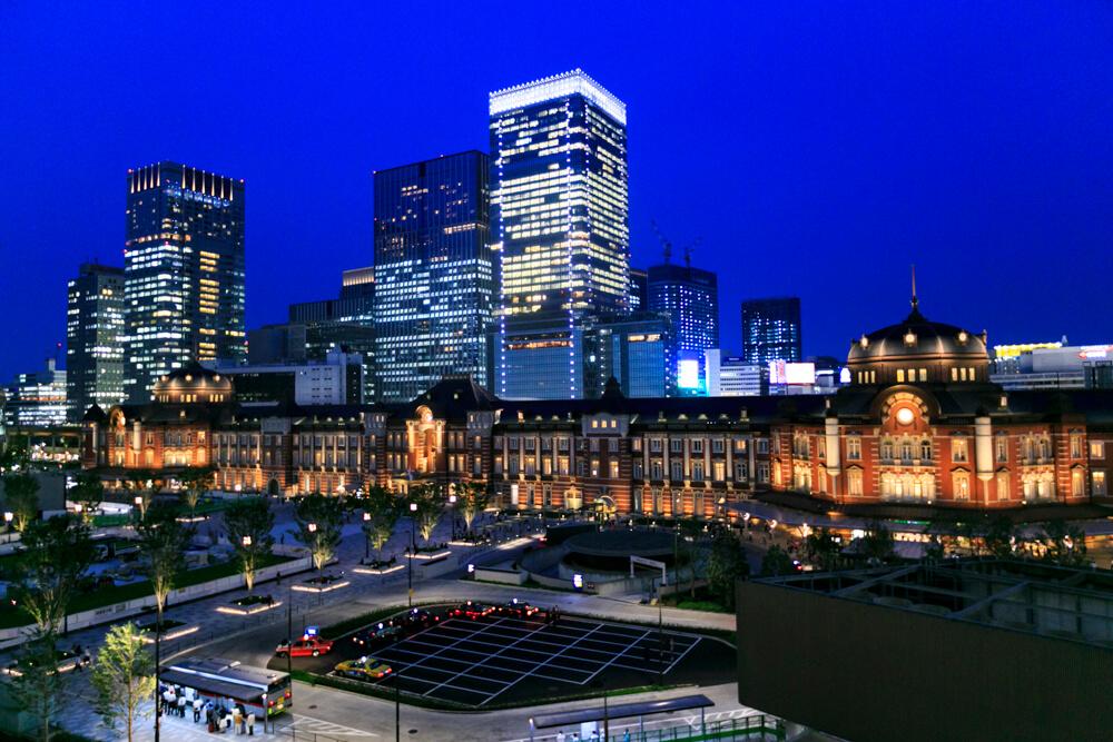 丸ビル 5階テラスから撮影した夜の「東京駅丸の内駅舎」の写真