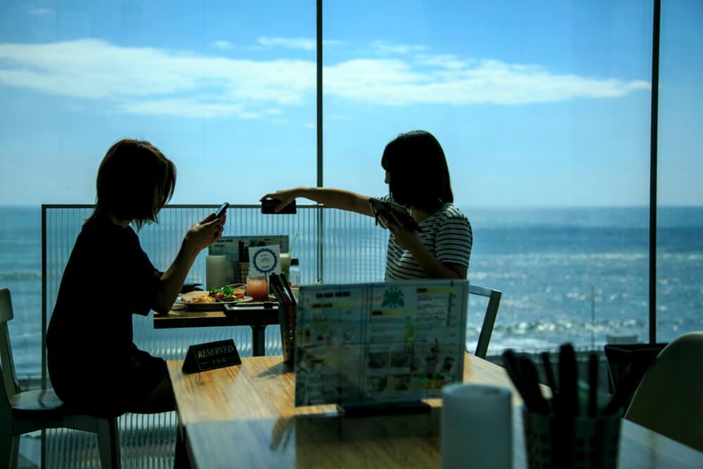 シーバーズカフェで楽しむ客の写真