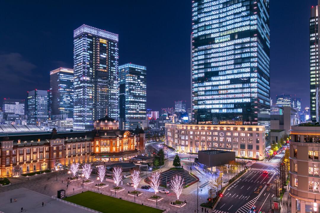 新丸ビル7階テラスから撮影したライトアップされた東京駅丸の内駅舎の写真