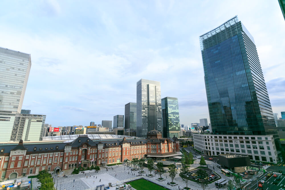 新丸ビル7階テラスから撮影した昼の「東京駅丸の内駅舎」の写真