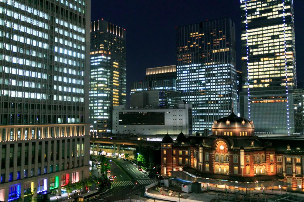 新丸ビル7階テラスから撮影した夜の「東京駅丸の内駅舎」の写真