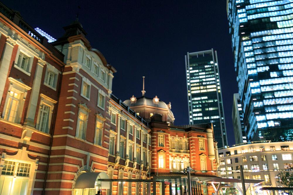 東京駅丸の内中央広場から撮影した昼の「東京駅丸の内駅舎」の写真