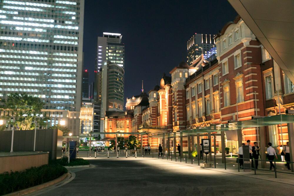 東京駅丸の内中央広場から撮影した夜の「東京駅丸の内駅舎」の写真