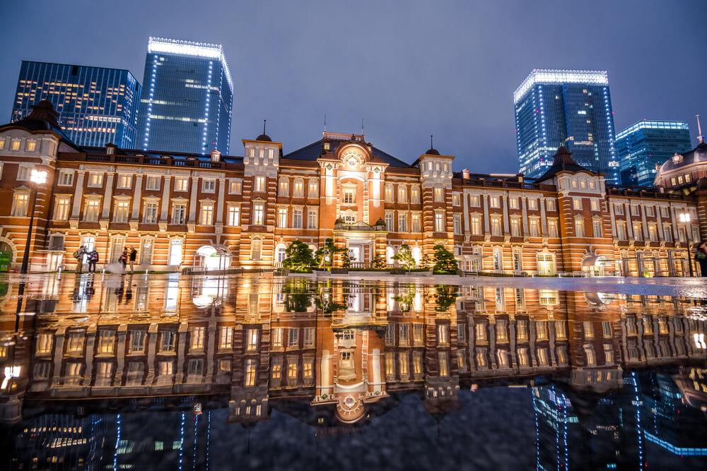 雨の日に撮影した東京駅の夜景