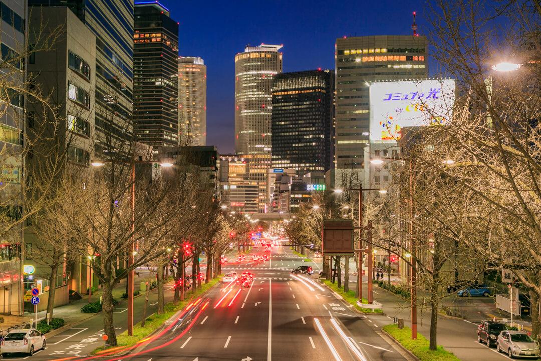 丸の内歩道上から撮影した名古屋駅高層ビル群の写真