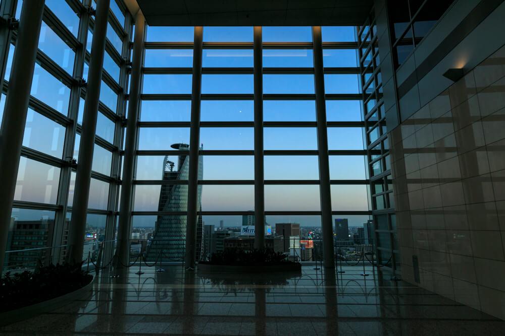 JRセントラルタワーズ15Fスカイストリートの窓を撮影した写真