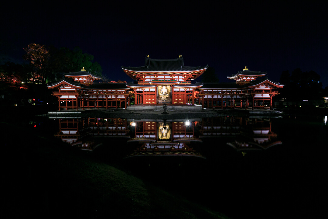 夜間特別拝観でライトアップされた平等院鳳凰堂を正面から撮影した写真