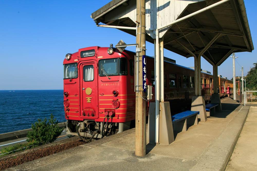 下灘駅に途中停車する観光列車「伊予灘ものがたり」の写真