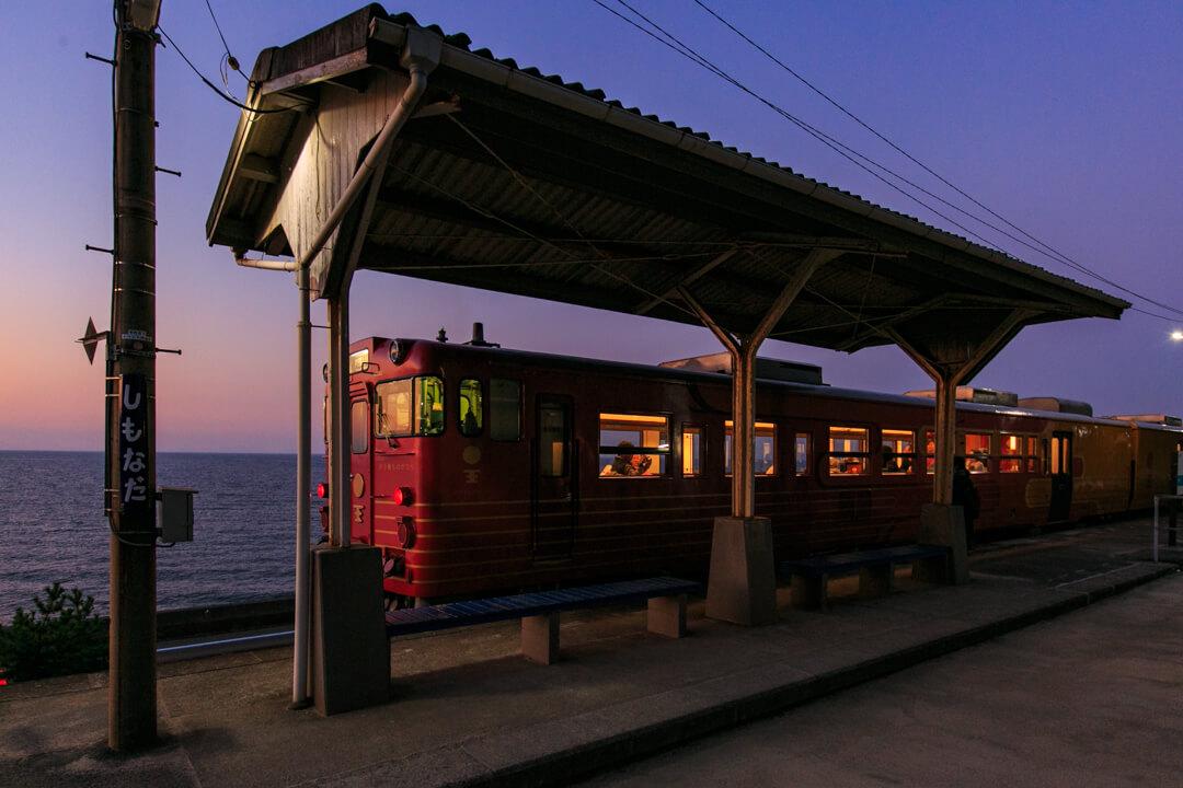 日没後に入線してきた伊予灘ものがたりの写真