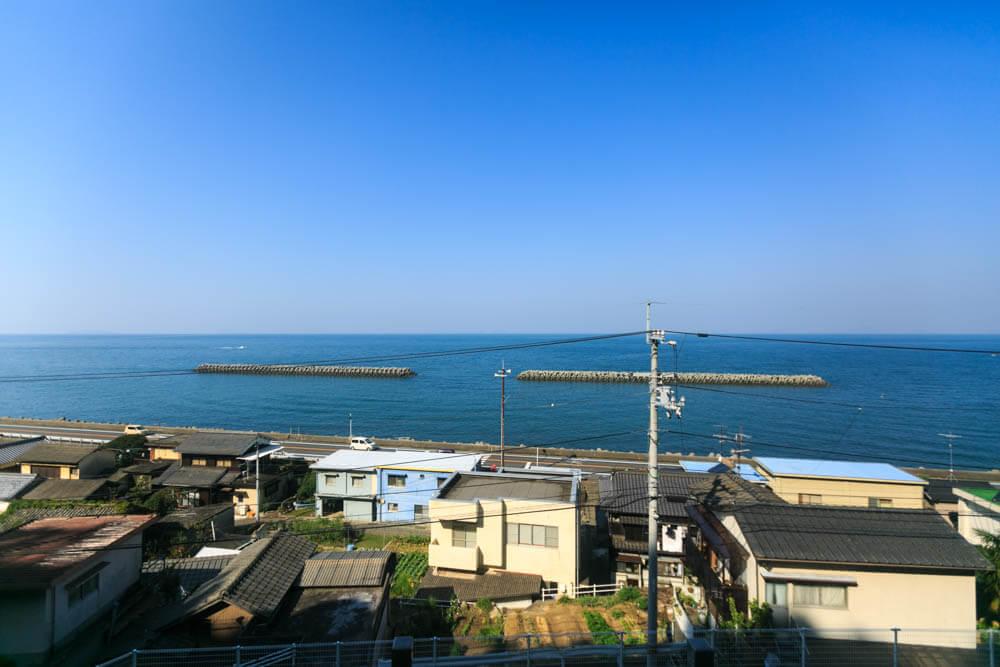 予讃線を走る列車の車窓から眺めた瀬戸内海の写真