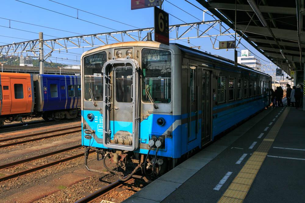 松山駅に停車する予讃線のワンマン列車