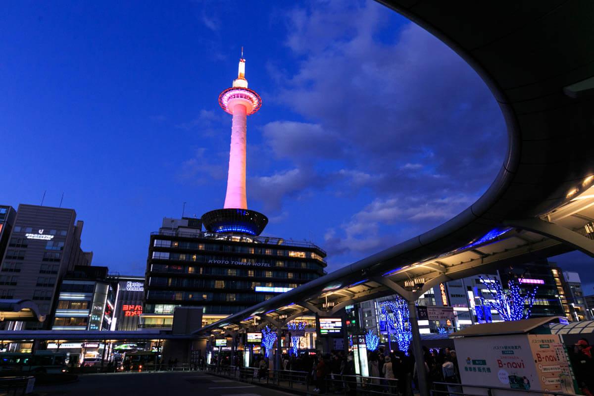 バスターミナルと京都タワーの写真