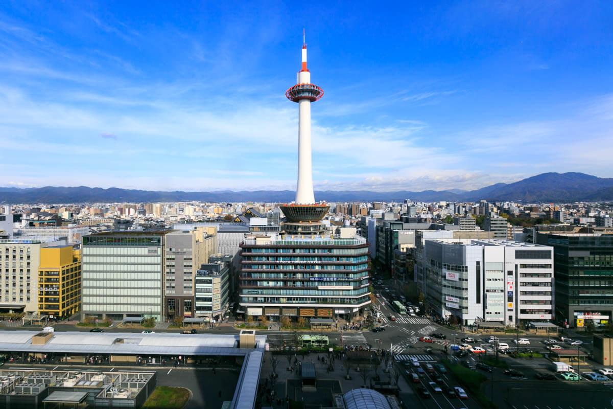 空中回廊から俯瞰して眺める京都タワーの写真