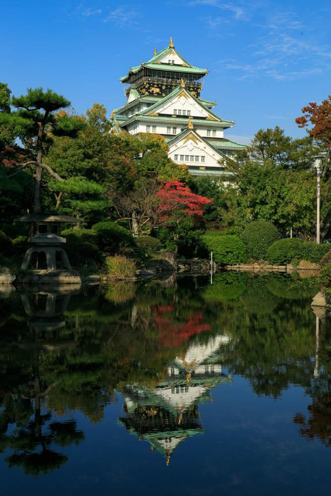 日本庭園に映る大阪城