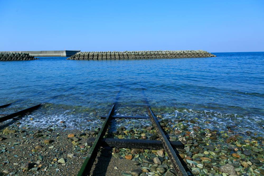 下灘駅周辺にある海に沈む線路の写真