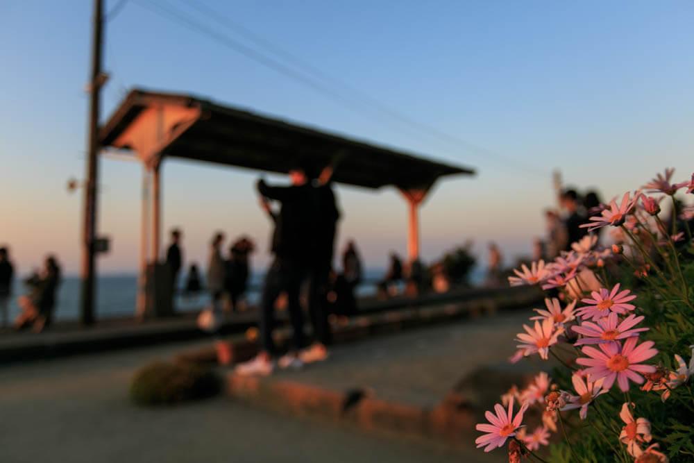 夕日を見ようとする観光客で混雑する下灘駅の写真