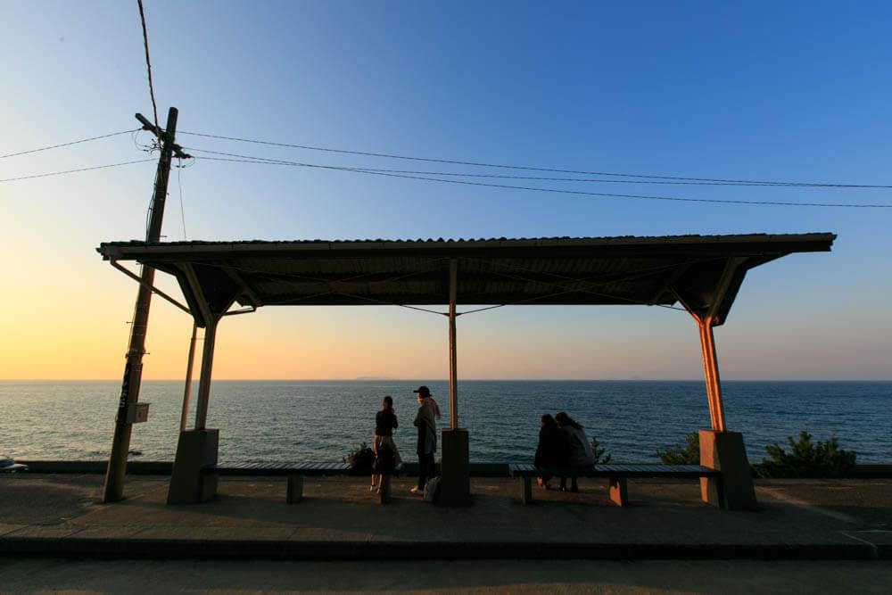 夕日美しく見える下灘駅の写真
