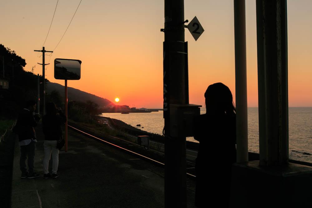 海に沈んでいく太陽を撮影した写真