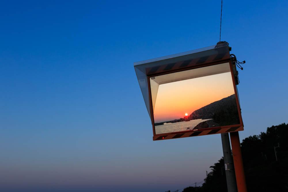 下灘駅のホームにあるミラー太陽が映る様子を撮影した写真