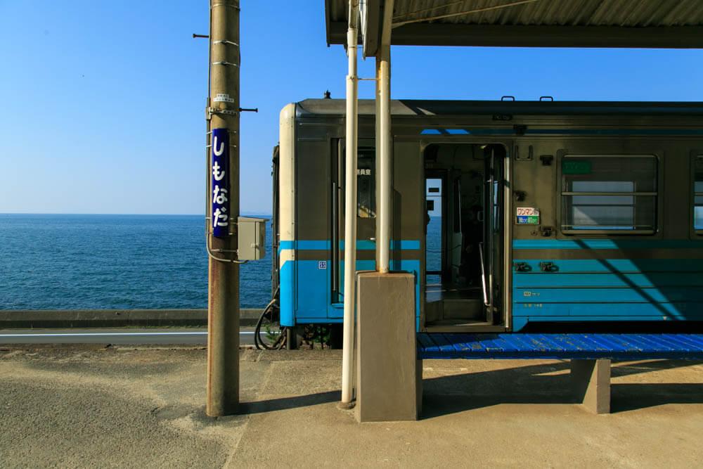 下灘駅に停車する電車の写真