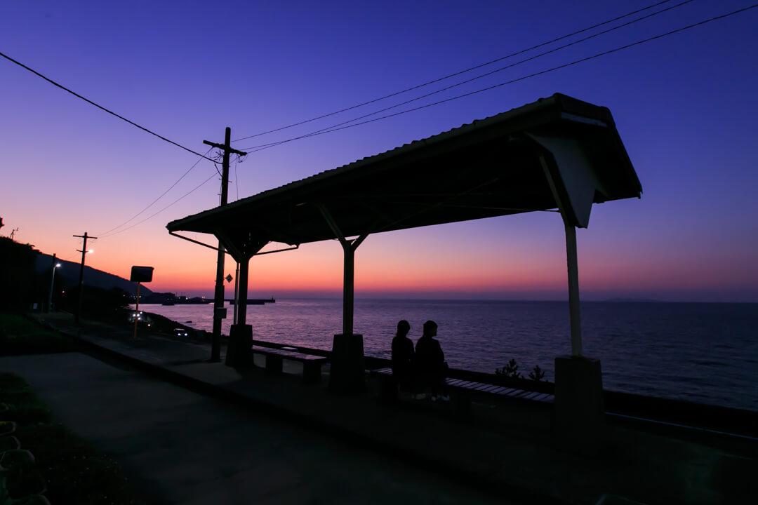 黄昏時の下灘駅の写真