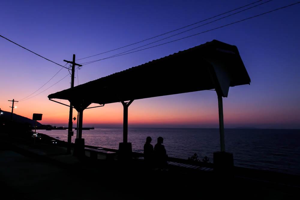 トワイライトタイムの時間帯の下灘駅の写真