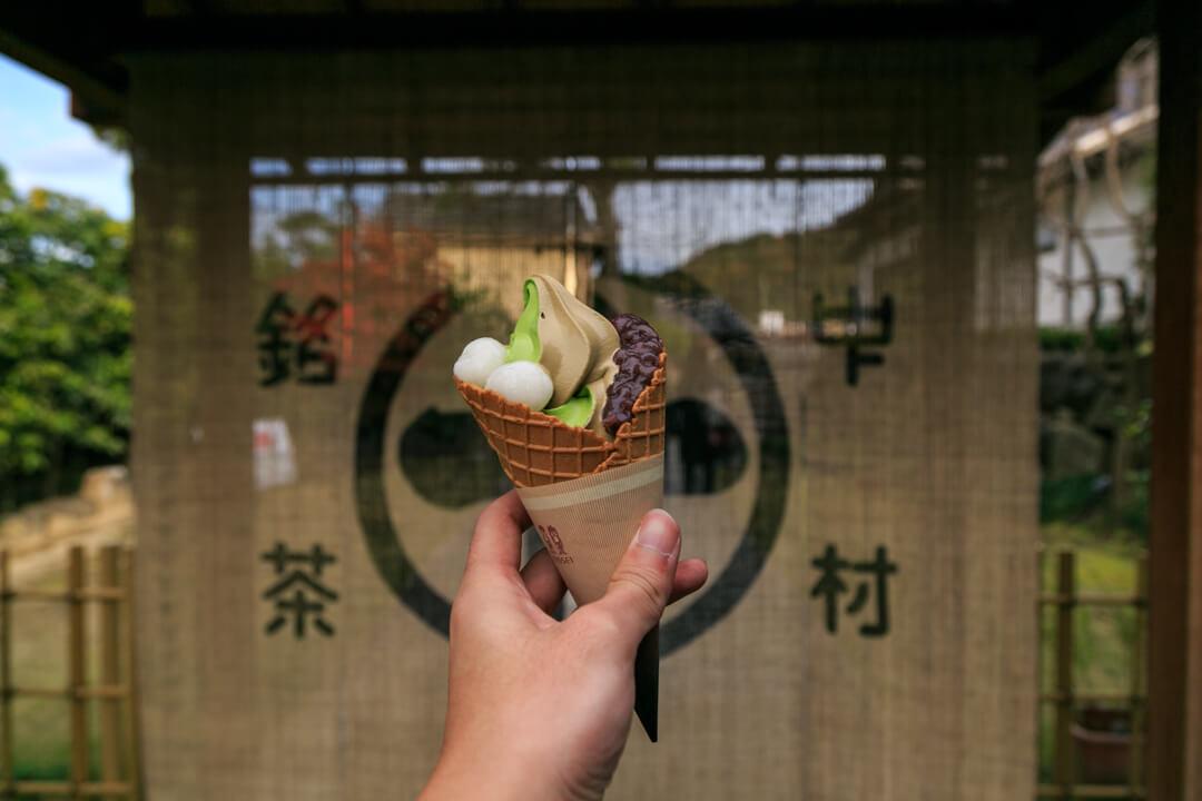 平等院鳳凰堂表参道にある中村藤吉本店の抹茶ソフトクリームの写真