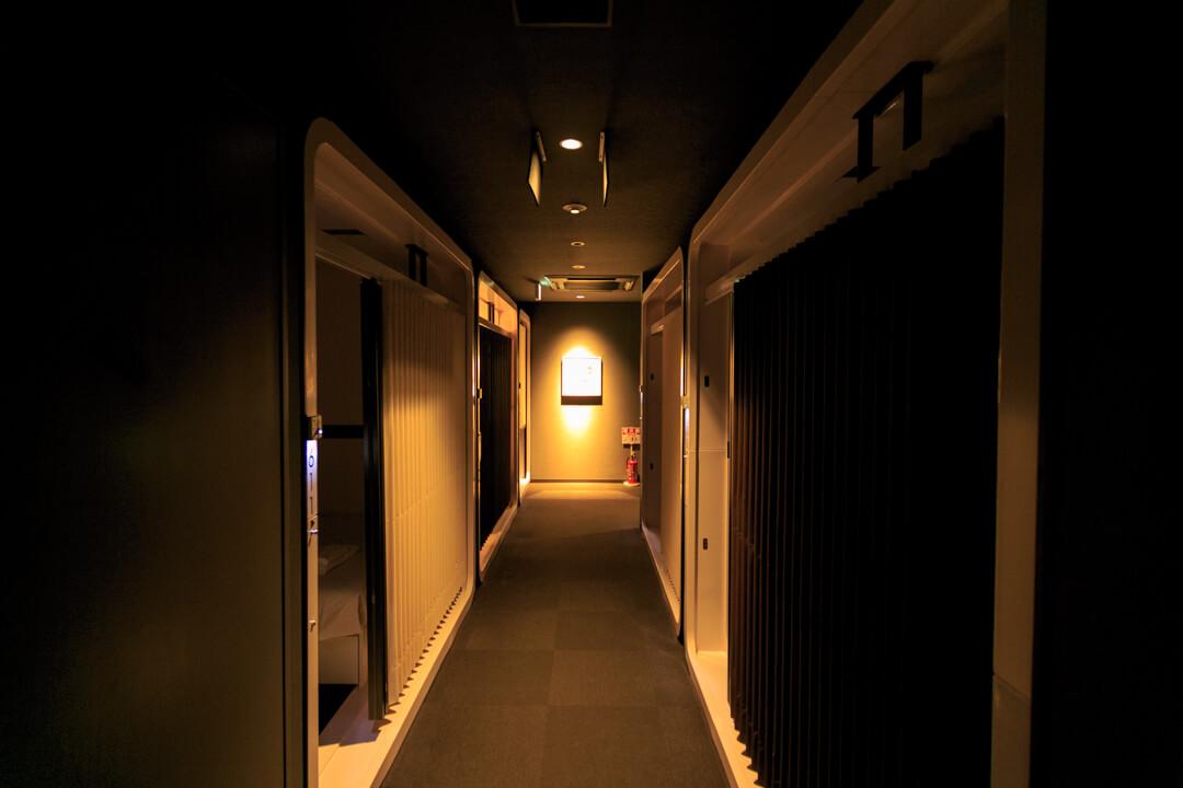 ファーストキャビンの廊下の写真