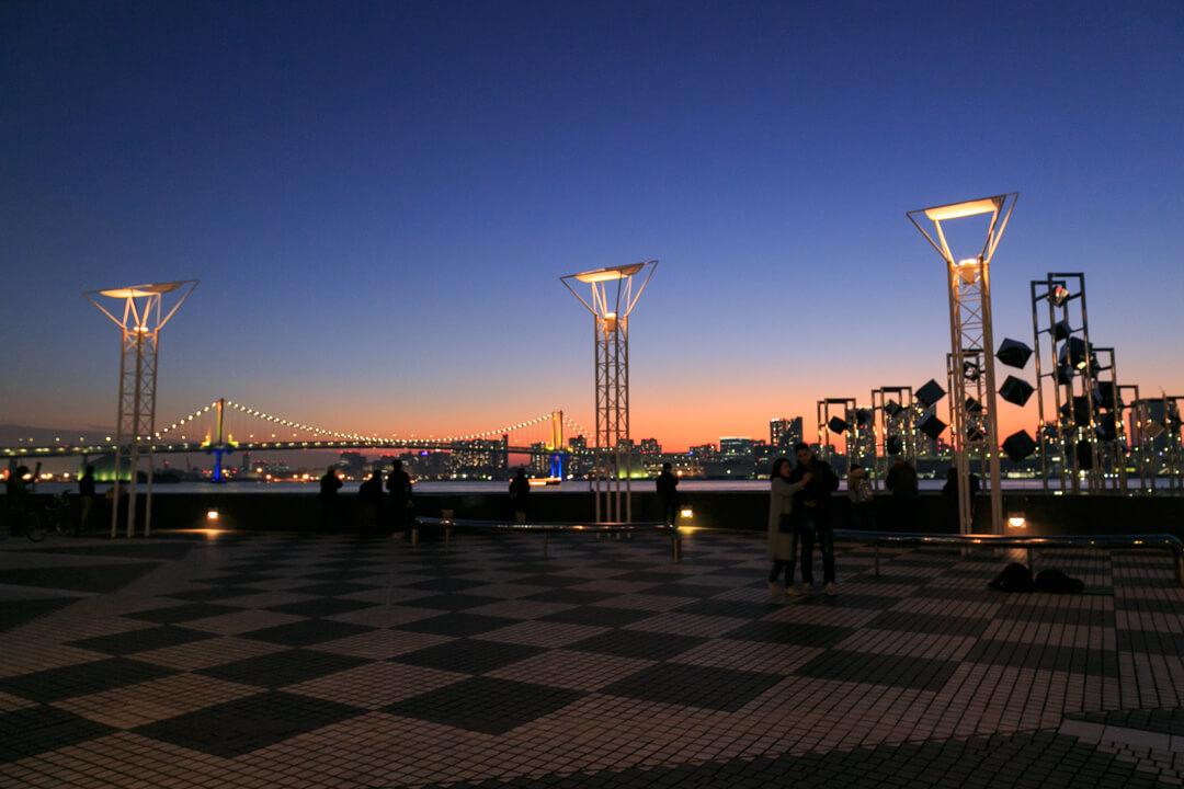 ライトアップされた晴海旅客ターミナルの写真