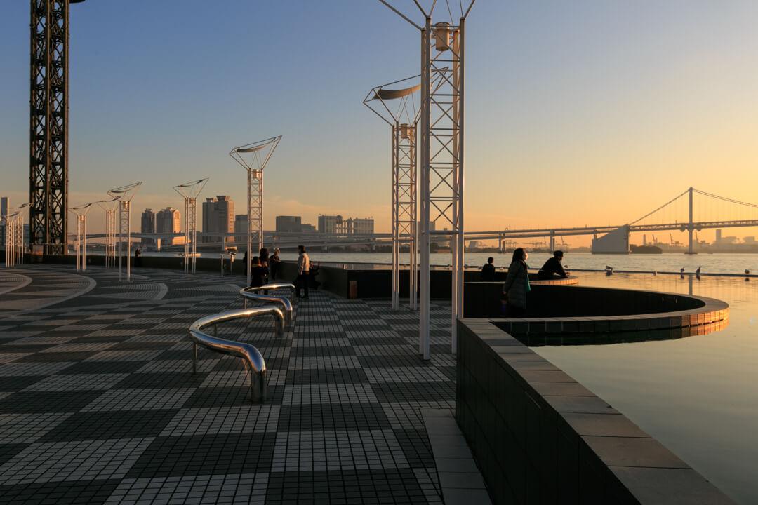 夕焼けに染まる風のオブジェの写真