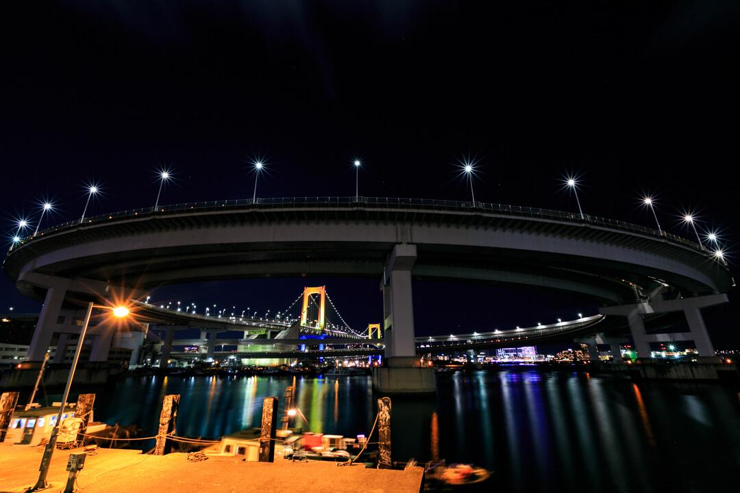 芝浦ふ頭から撮影したレインボーブリッジループ橋の写真