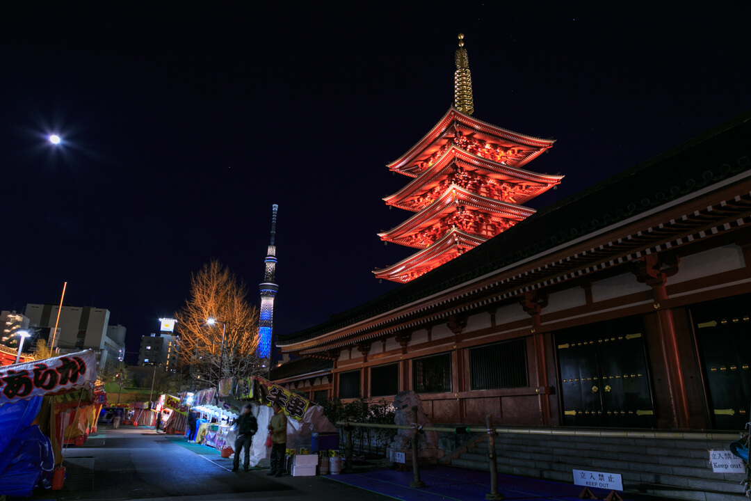 五重の塔と東京スカイツリーの写真