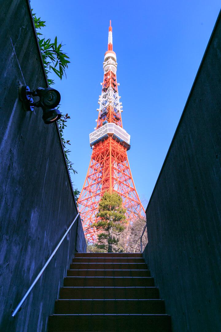 東京タワー駐車場にある階段から撮影した東京タワーの写真