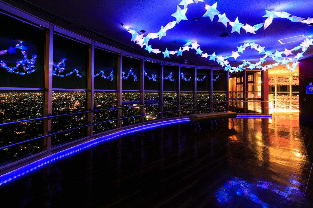 ライトアップされたスカイタワー展望台の写真