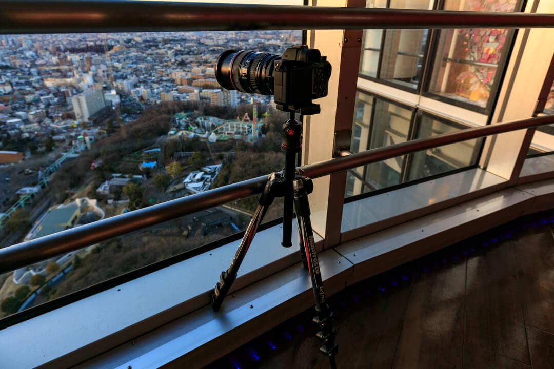 東山スカイタワーの4回展望室に三脚を置いている写真
